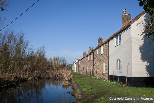 'Canal Row' (cottages) - view towards River Severn.