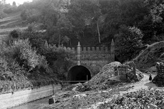 Daneway Portal 1904. Note stop planks fitted in front of tunnel, and low water