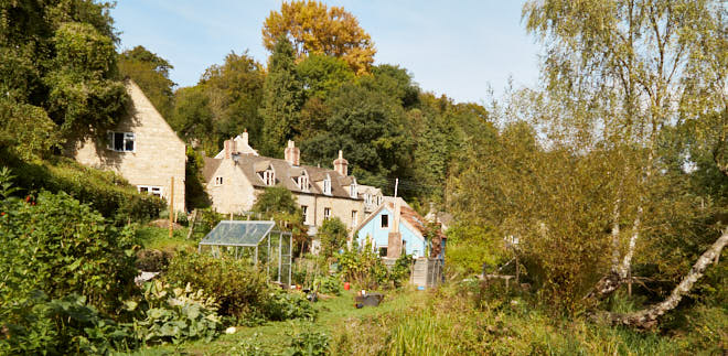 Cottages alongside the canal at Chalford