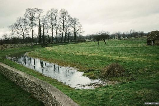 Canal south of A419 looking towards Latton Junction